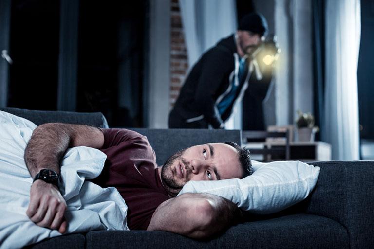 Einbrecher überrascht Mann beim Schlafen