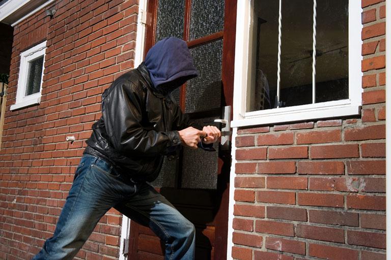 Einbrecher dringt über die ungesicherte Türe ein