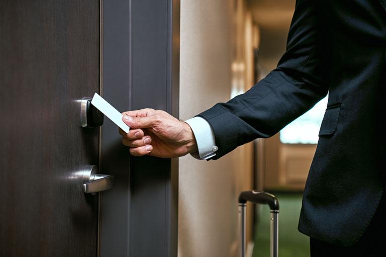 Sicherheitstechnik durch Türöffner mit Karte