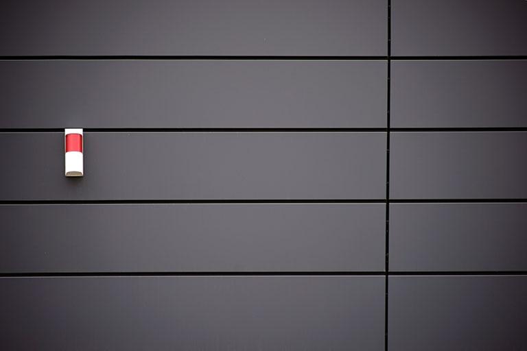Alarmanlage an der Hausfassade zum Schutz vor Einbrechern