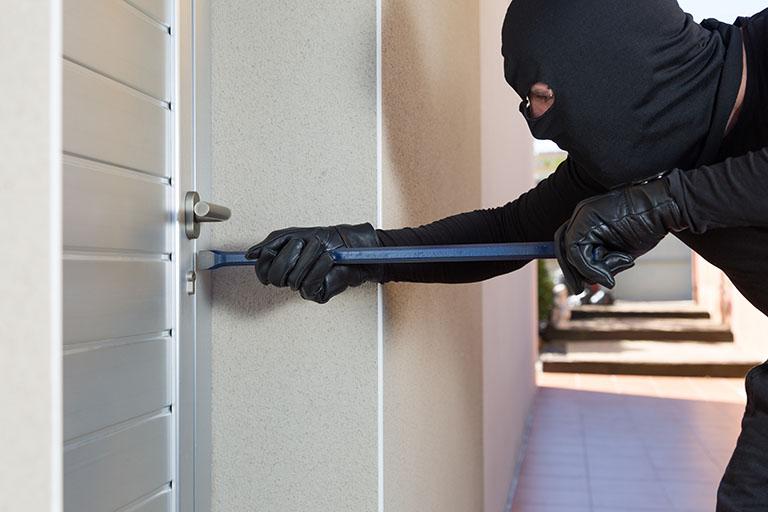 Einbrecher an der Türe - Einbruchschutz bei Benz-Alarm in Stuttgart und Ludwigsburg