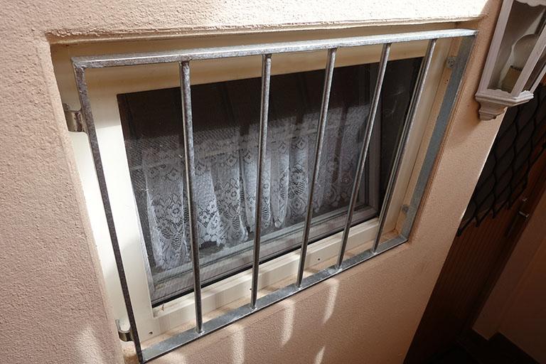 Gitter vor dem Fenster zum Einbruchschutz - erhältlich bei Benz-Alarm in Stuttgart & Ludwigsburg