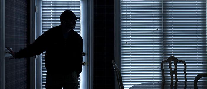 Einbrecher bricht in Wohnung ein und schaut sich um
