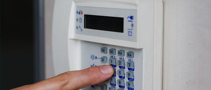 Person drückt Knöpfe auf Alarmsystem